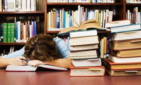 طالب يدرس 3